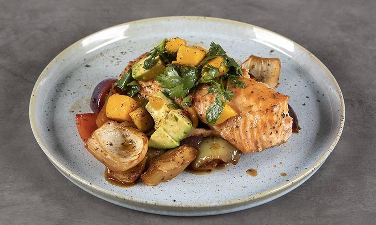 Δοκιμάστε αυτή τη συνταγή: Σολομό με λαχανικά στον φούρνο