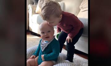 Αυτό το νήπιο και το μωρό αδερφάκι του είναι οι καλύτεροι φίλοι (vid)