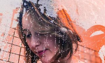 Ο απίστευτος λόγος που δεν πρέπει να ρίχνεις νερό στο πρόσωπό σου την ώρα του μπάνιου