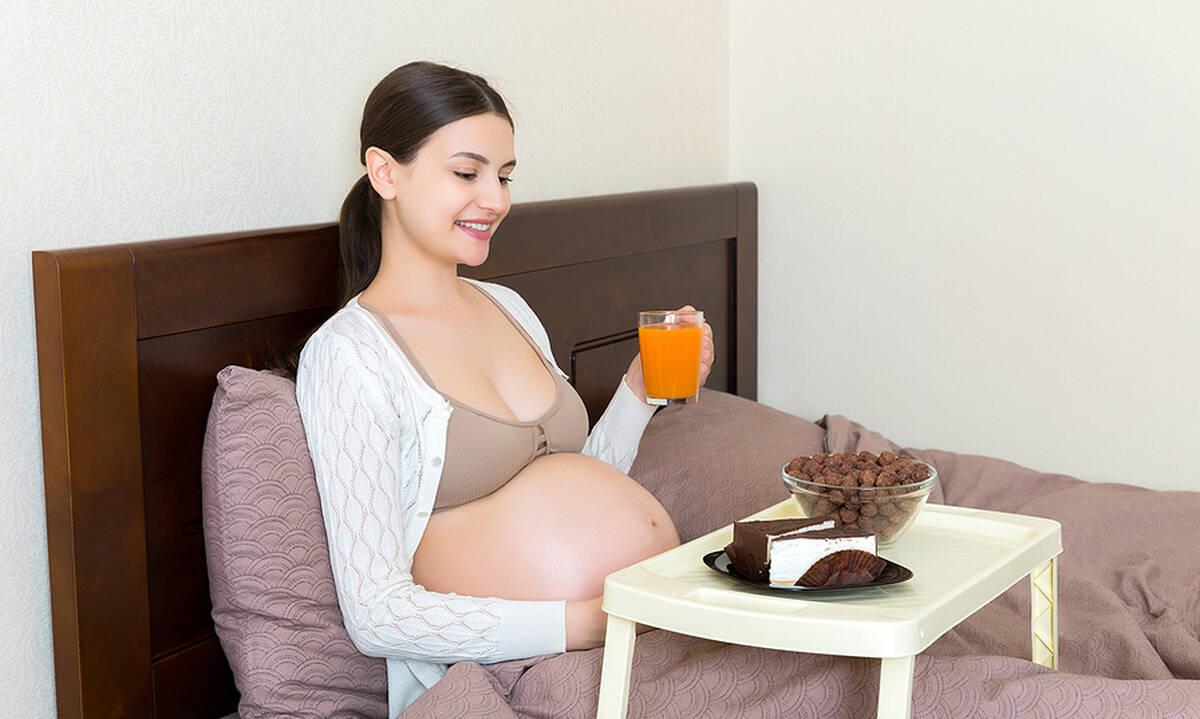 Κέικ στην εγκυμοσύνη: Να φάτε ή όχι; (συν μια υγιεινή συνταγή)